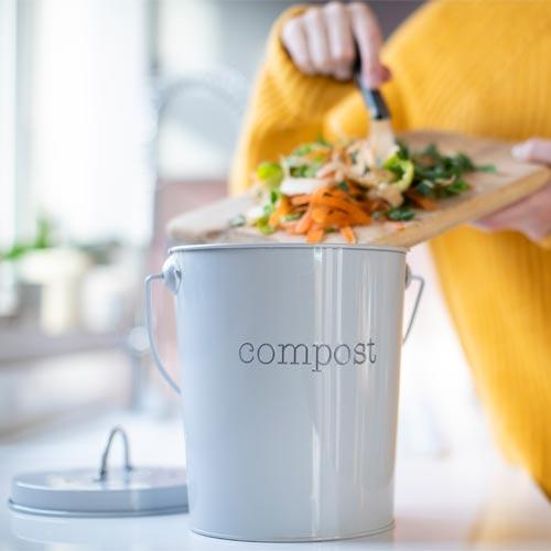 Haushaltsabfälle wandern in den Kompostmüll